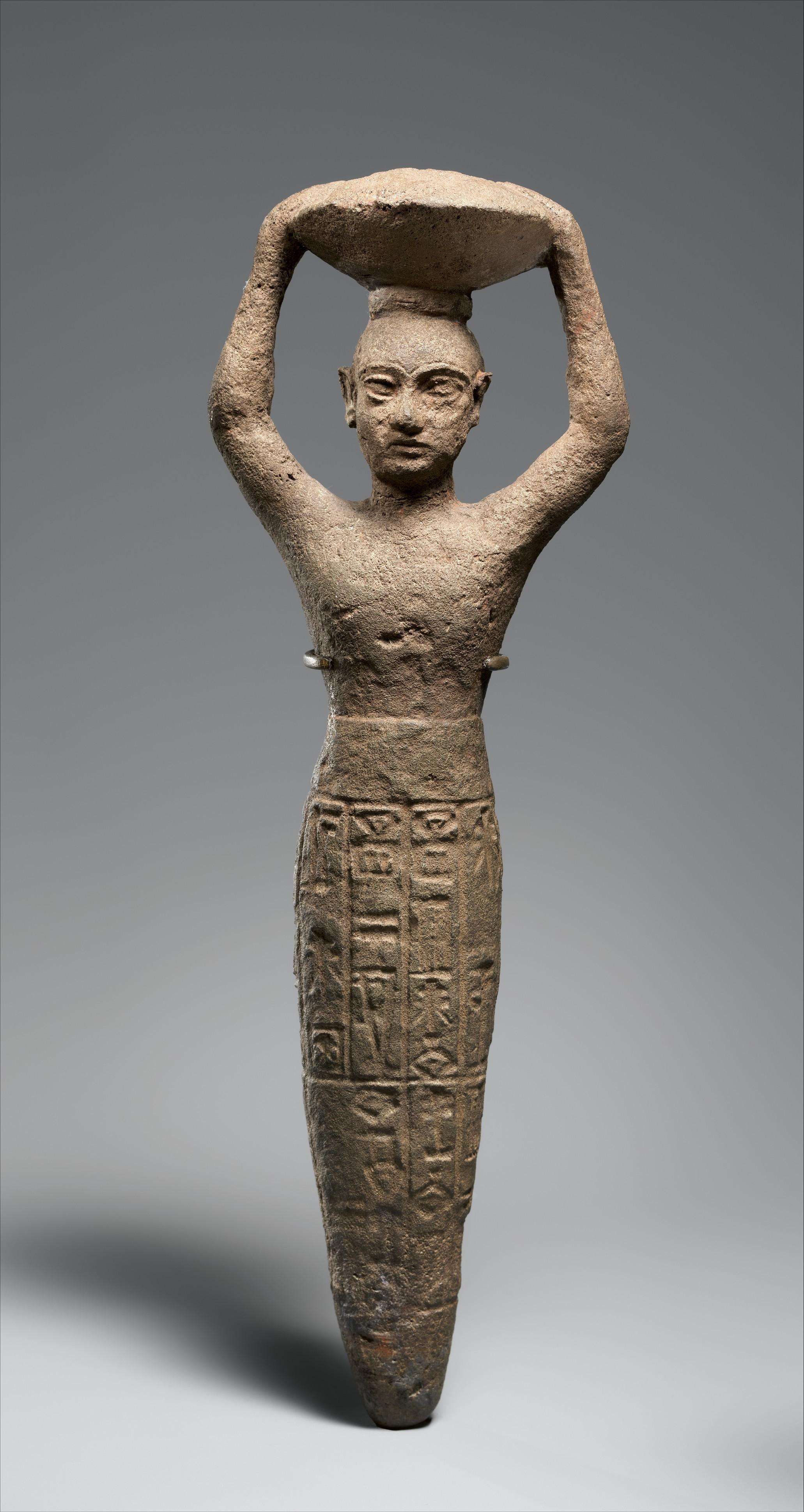 تمثال لامرأة يعود لهذه الحقبة - يلاحظ أن هناك نقوشاً أسفل التمثال