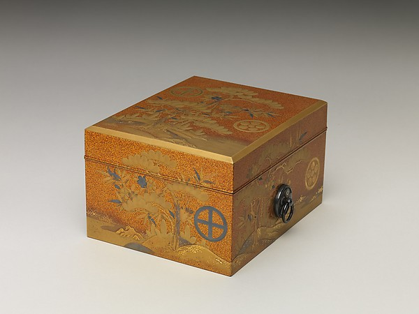 Box with lid, Sprinkled gold on lacquer (maki-e), Japan