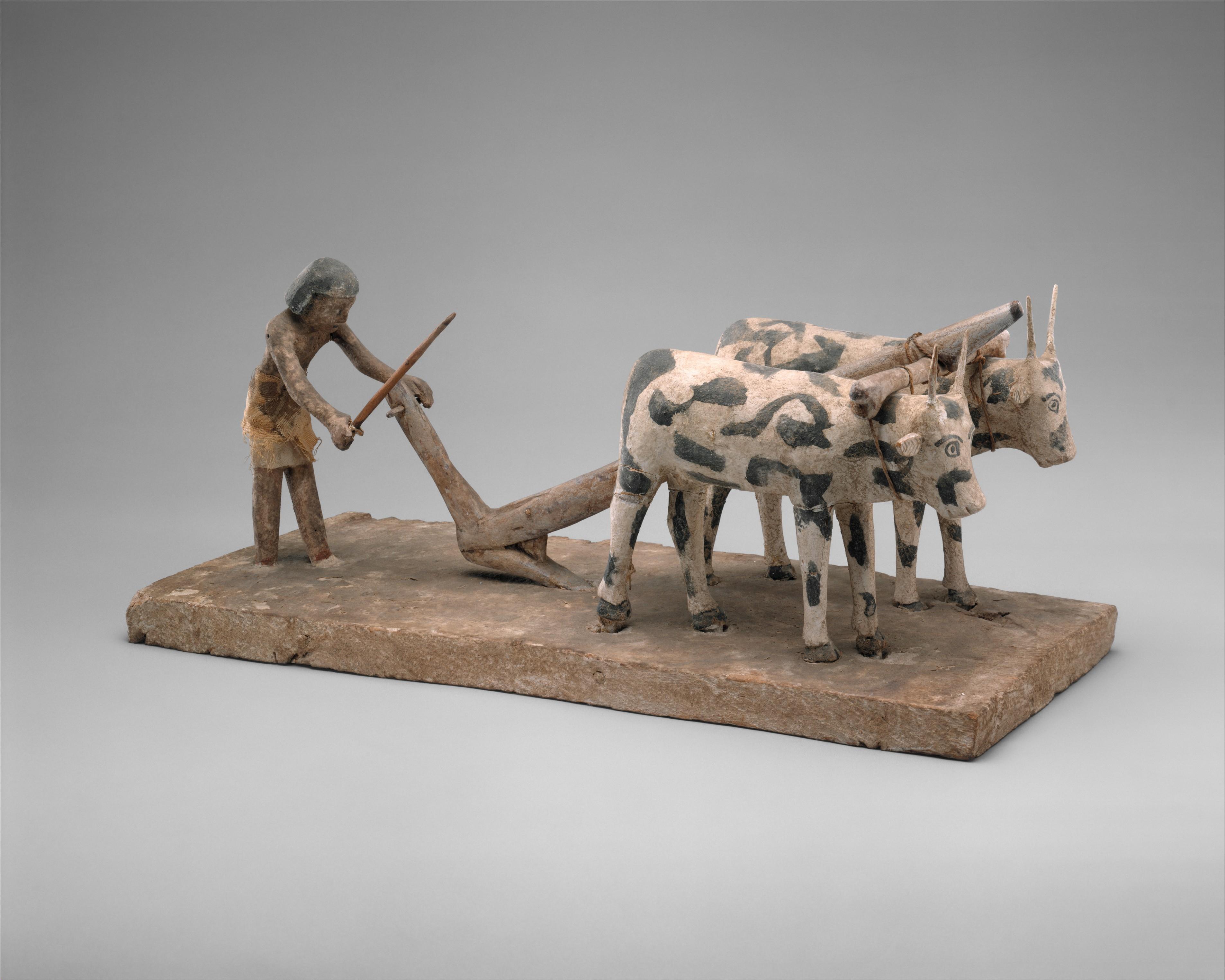 مجسم يظهر مصرياً يقوم بحراثة الأرض وذلك في العام 1900 قبل الميلاد - الميتروبوليتان