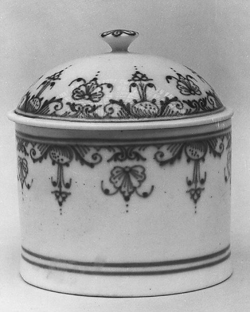 Jar with cover, Mennecy, Soft-paste porcelain, French, Mennecy