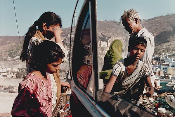 Vendor and Clients, Bundi, Rajasthan, Raghubir Singh (Indian, 1942–1999), Chromogenic print