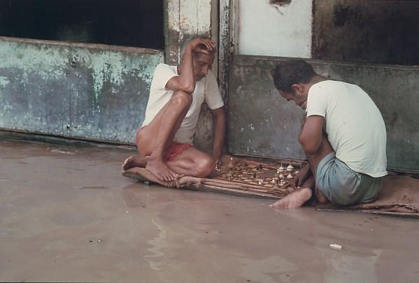 Chess Players, Monsoon Floods, Benares, Uttar Pradesh, Raghubir Singh (Indian, 1942–1999), Chromogenic print