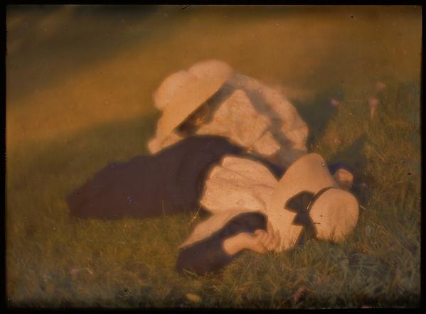 [Mary Warner and Lotte in the Meadow], Heinrich Kühn (Austrian (born Germany), Dresden 1866–1944 Birgitz), Autochrome